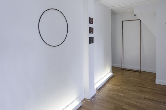 Sophie Dupont. From left: Circle, Iron. Sitting. Fladbedprint. From top : Copper, Brass and Zinc. Coffin Frame, copper, 2014 ( Installation View) Foto: Anders Sune Berg.